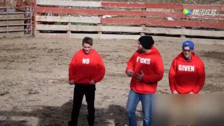 三小伙脸上涂辣椒穿红色衣服作死挑战斗牛,被顶上天后认错了