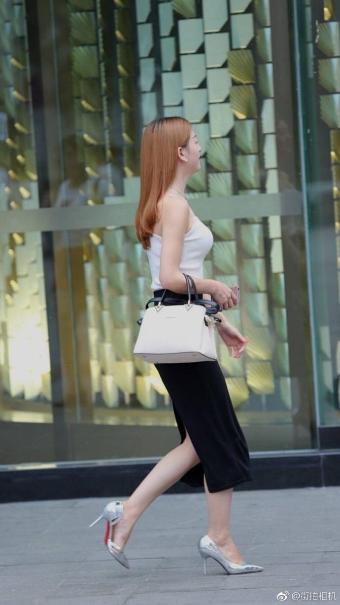 街拍黑色紧身裙的高跟鞋美女 4