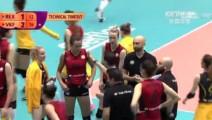朱婷拦死对方快攻,球飞到后场,向教练露出得意表情!