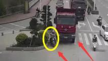 死神来了!女子骑电动车却非要和渣土车抢行,这是她生命最后的时间