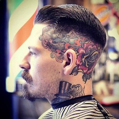 发型师手腕精致纹身分享展示