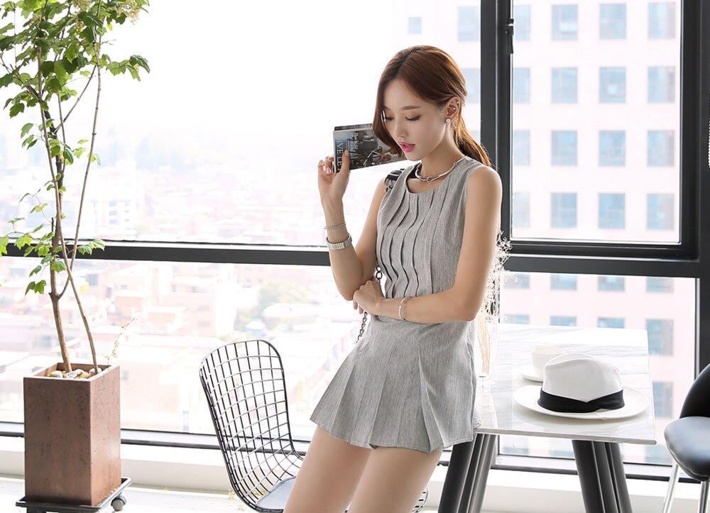 孙允珠搭配纯色竖纹连衣裙 简约秀美图片
