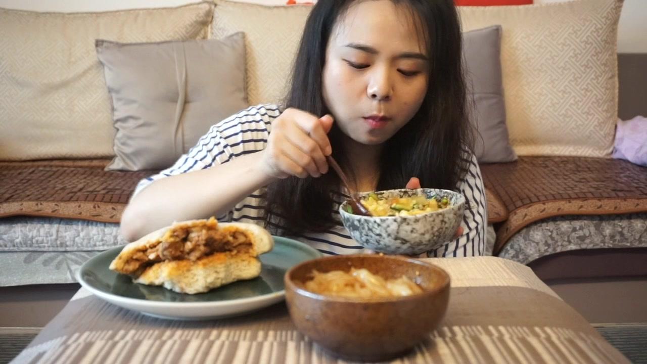 [爱吃的墩儿姐]-西安特色小吃: 浆水鱼鱼、笼笼肉夹馍