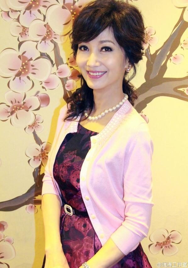 62岁的赵雅芝生活素颜照, 简单的衣着搭配华丽高贵