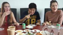 外国人吃中国下饭菜,皮蛋在心里留下了阴影!