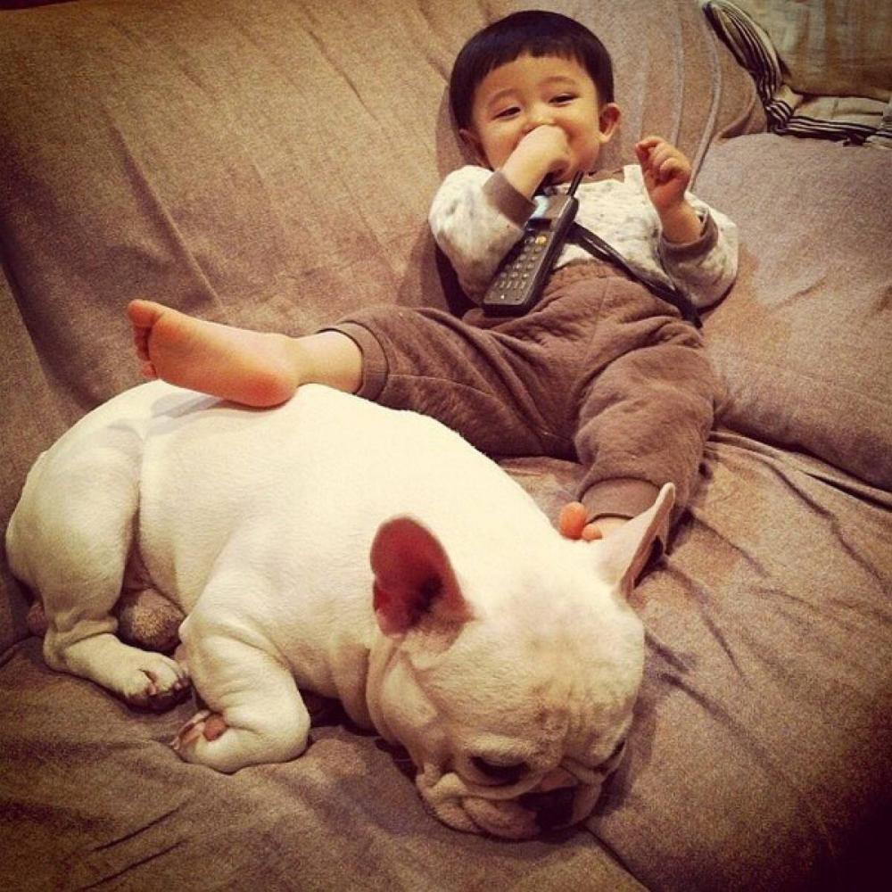 看看萌娃和小动物的萌图放松下!
