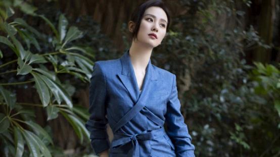 刘诗诗真是冻龄少女脸,穿身休闲打扮,和小鲜肉站一起更像同龄人