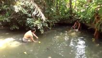 农村无人管理的小水塘,随意捞一网,有大货