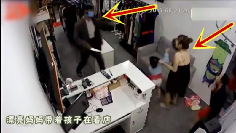 歹徒持刀进屋打劫,女子为保护孩子忍辱负重!监控拍下这一幕