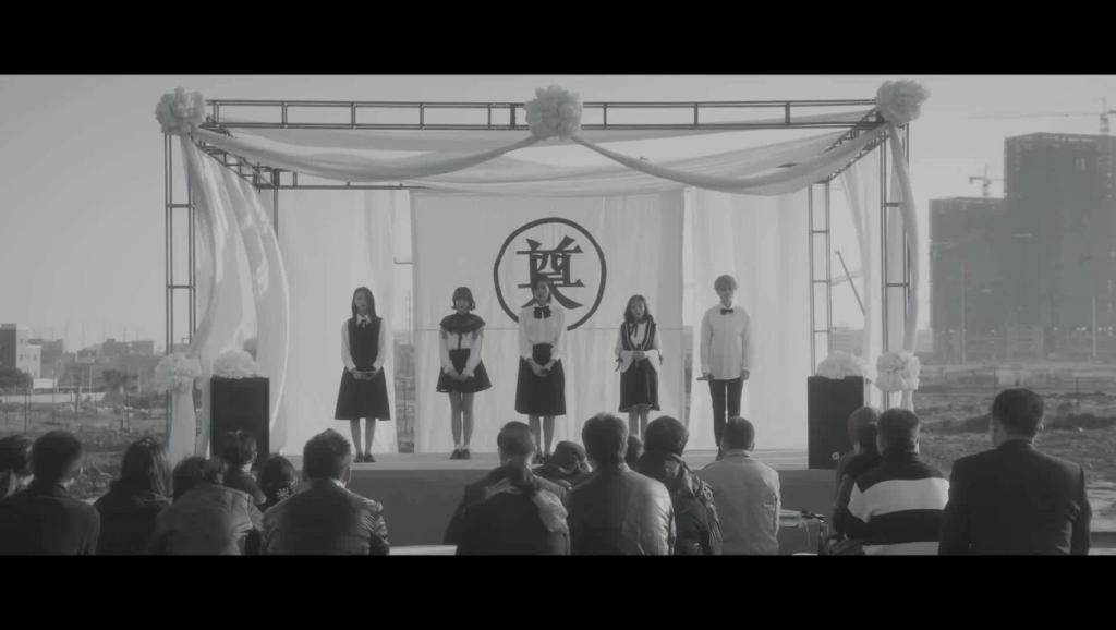 5个女生在葬礼上唱起了这首歌,感动了台下的好多人,真的好听!