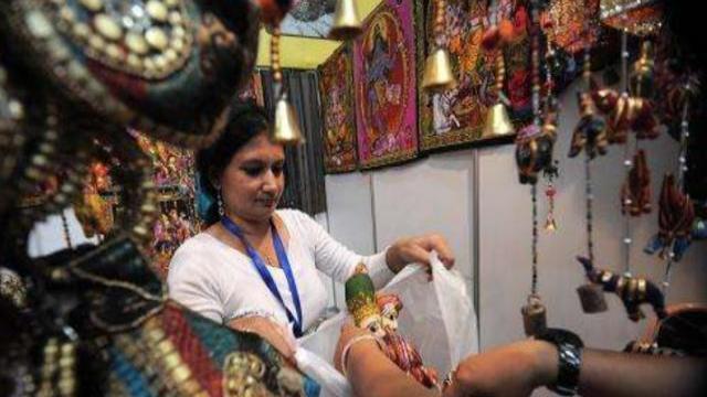 """很多印度美女摆地摊, 一件""""商品""""让中国游客略显尴尬 中印边境,"""