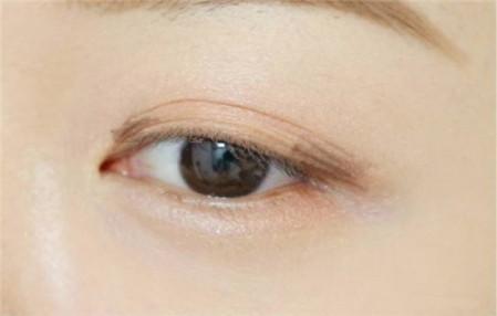 适合学生党的眼影画法 五步打造立体自然眼妆