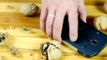 智能手机脆?看看它如何面对水、尘、冰冻和砸核桃