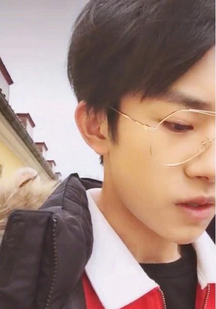 这次易烊千玺帅过王俊凯! 戴着眼镜变身偶像派, 简直帅炸了好么!