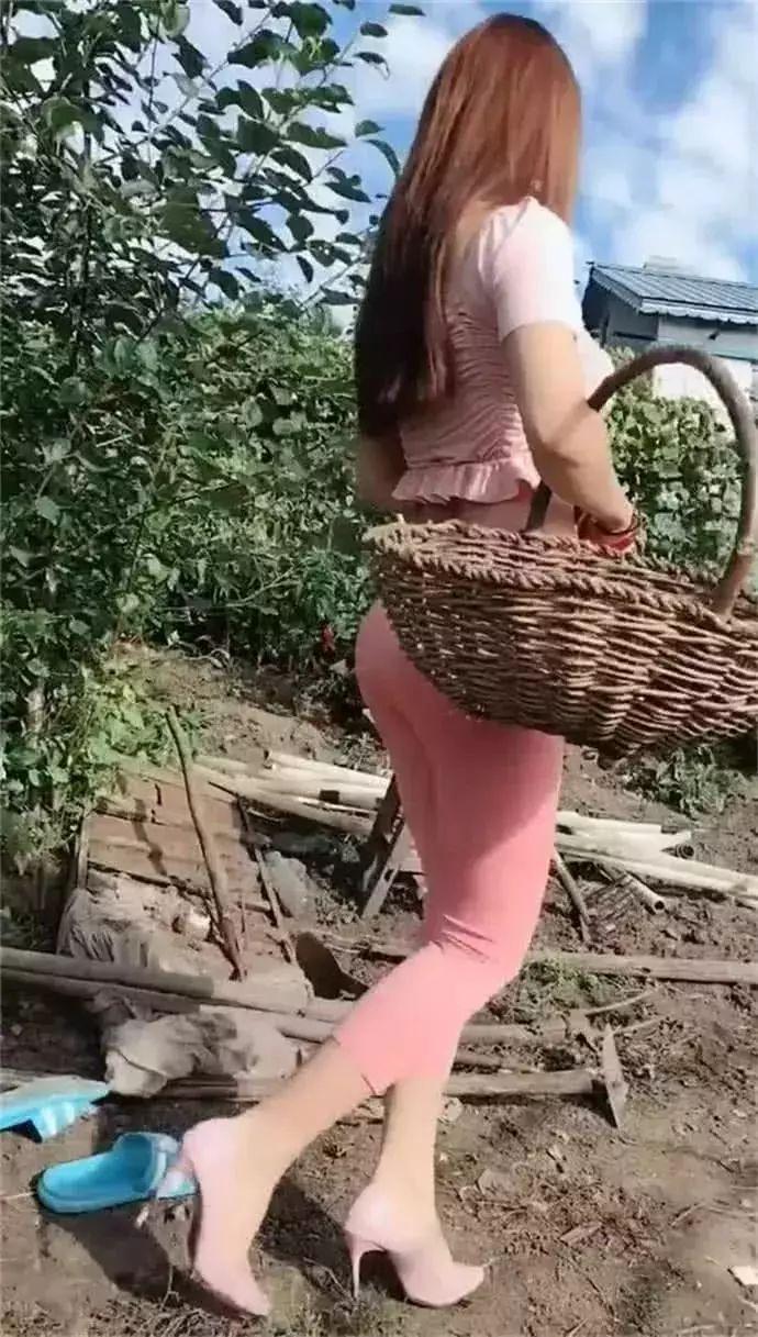 这样的辣妈能干什么农活, 是来玩的吗