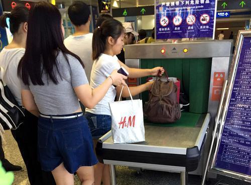 在飞机场,火车站,地铁站,车站等当地都设有安检办法,严查各种违禁品