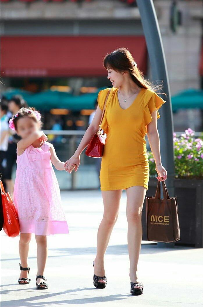 街拍: 美丽辣妈时尚年轻, 眼里满满的母爱 4