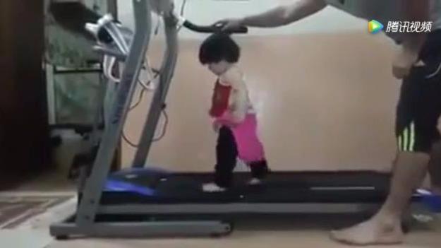 小宝宝跑步机上跑步 爸爸渐渐加快速度