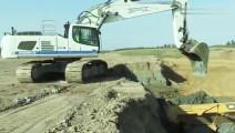 挖掘机装车的技巧,为什么要先装车尾?内行人来说说