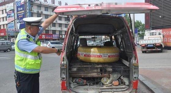 这辆面包车的破烂程度,让民警也不禁咋舌,转向灯破碎,后窗玻璃没有
