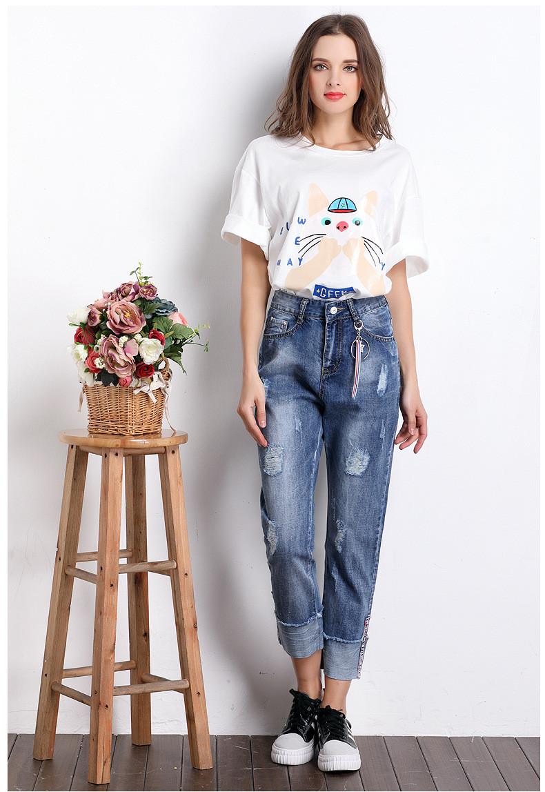破洞牛仔裤在中国的流行,始于20世纪90年代。割破牛仔服的风尚是由美国人发明的,最初发明破洞牛仔裤的人可不是为了炫耀时尚,而是藉此表达对主流的抵制。破洞牛仔裤与看起来又脏又旧的牛仔一起,曾在几年前的欧美上流社会里回潮。不过,如今的人爱上破洞牛仔,和这些文化背景已经没有多大关系。对休闲时尚玩得滚瓜烂熟的潮人,对破牛仔的喜爱纯粹从摩登的视觉效果出发,或许顶多带一点年轻人的小小叛逆,因而,他们也就可以把破牛仔穿得格外轻松,格外好看。走在时尚尖端的明星们自然也对这种不羁的风潮宠爱有加。