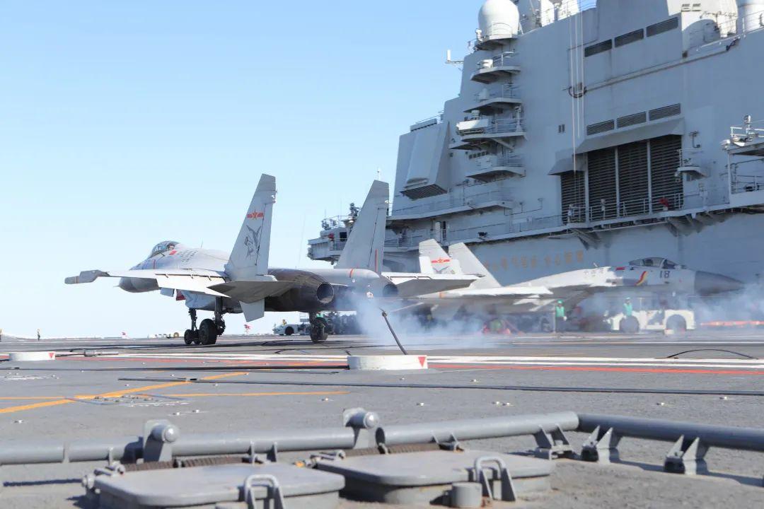 多图燃爆,此次通过航母资质认证的舰载战斗机飞行员