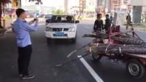 实拍摊贩街头开三轮猛撞城管执法车,脾气太火爆了!
