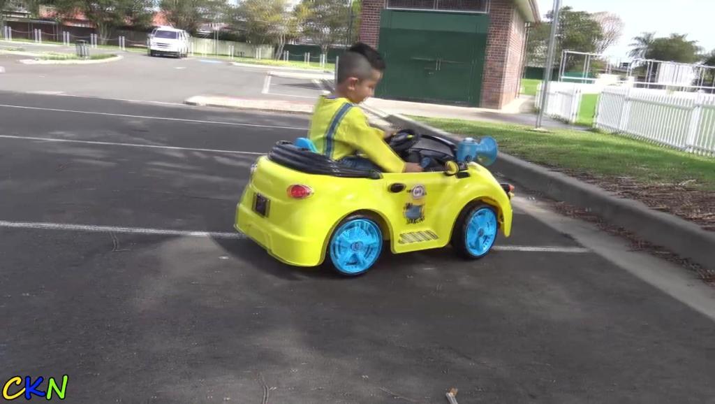 太高兴了,小朋友驾驶着超酷小黄人小跑车去兜风!