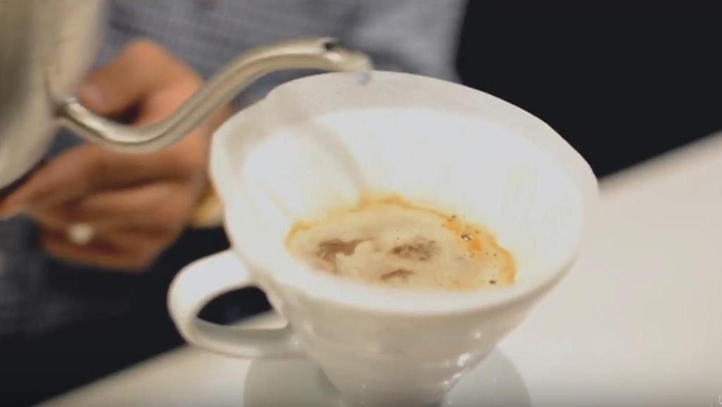 怎么制作一杯上好的手冲咖啡?称豆、磨粉、注水一气呵成