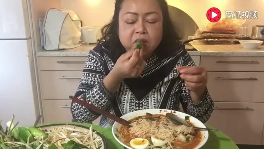 泰国大姐吃米粉,蒜苗豆芽统统生吃