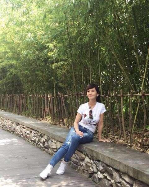 的素颜日常照,比刘晓庆的扮嫩照片要自然得多.