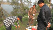 河鲜现做现吃,老渔民端着碗等在锅边,尝尝小年轻的手艺