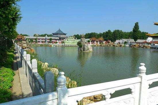 著名景点有新民三农博览园,珍珠湖湿地自然保护区,仙女岛湿地公园等.
