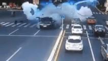路虎绿灯加速起步,3秒钟后车尾突然爆炸冲向护栏