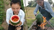 不夸张!农村小妹掏空西瓜敲入6个土鸡蛋,放火上烤,竟成这样!