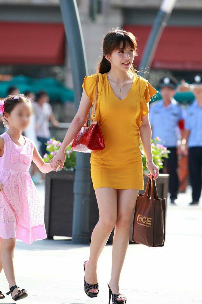 街拍: 美丽辣妈时尚年轻, 眼里满满的母爱 3