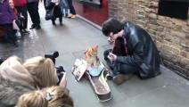 国外流浪汉在街头救了一只猫,却从此走上人生巅峰