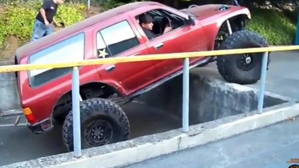 越野车掉进大石坑,你猜他如何开上来的,司机技术超神了