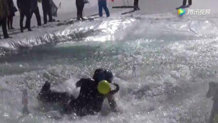 冲浪牛人雪地挑战大自然, 掉入水中瞬间成冰棍!