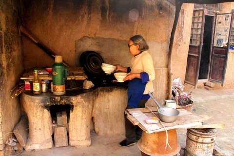 搭一个简易的棚子,农村曾经流行过烧煤,这种灶台就被设计成既能烧柴也