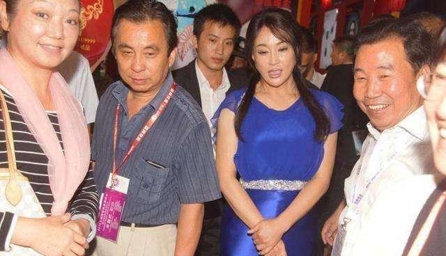 60岁刘晓庆未PS近照, 皱纹超多 体态臃肿, 硅胶脸好吓人