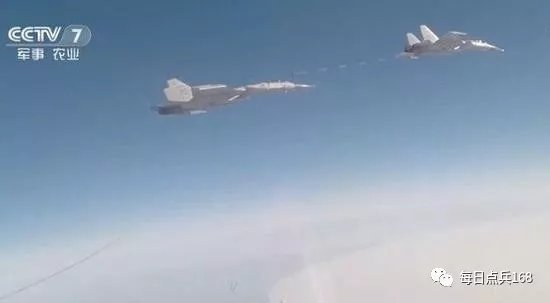 歼15舰载机进行伙伴空中加油 整体作战能力再次加强