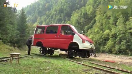 小伙将面包车改装成森林小火车, 这掉头方式实在另类!