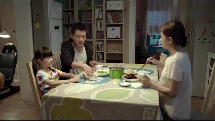 7岁女儿吃饭还要佟大为喂,赵薇却准备了一桌酸的东西,真酸