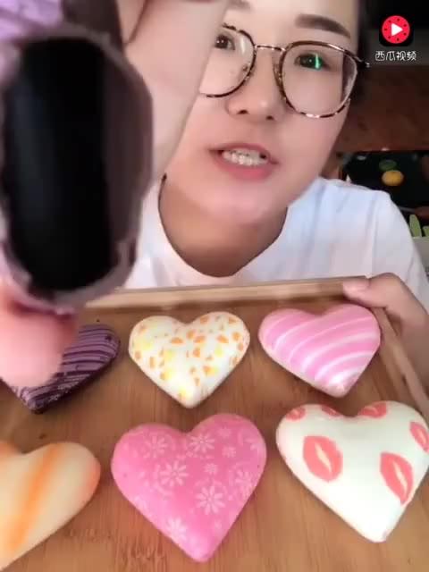美食小吃货: 自己做的爱心巧克力, 味道棒棒的