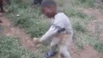 非洲小男孩旁若无人的跳舞自嗨