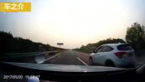 丰田霸道时速125,偶遇突然超车的SUV,3秒后不慎付出生命代价
