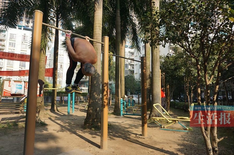 南宁一老伯每天做超级健身 高难度动作一气呵成