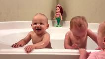 哇太热闹了,五胞胎洗澡波浪 一波接一波