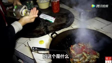 回到家妈妈做了一道菜给我吃, 油炸小鱼太好吃了, 妈妈的味道